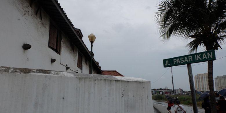 """Menyusuri Tembok Terakhir Batavia Yang Memiliki """"Dua Wajah"""""""