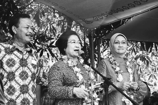 Megawati Soekarnoputri diapit Bibit Waluyo dan Rustriningsih, pada Pilkada 2008 (sumber: kompas.com)