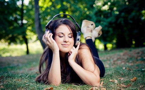 Hasil gambar untuk mendengarkan lagu