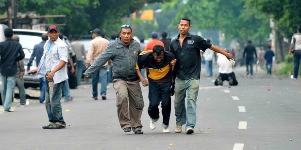 Le 29 septembre 2010, face au tribunal de Jakarta-Sud, des dizaines d'hommes de main de John Kei et de Thalib Makarim se sont affrontés dans une des pires batailles de rue qu'ait connues la capitale depuis les émeutes de 1998 (Kompas/Fransiskus Simbolon).