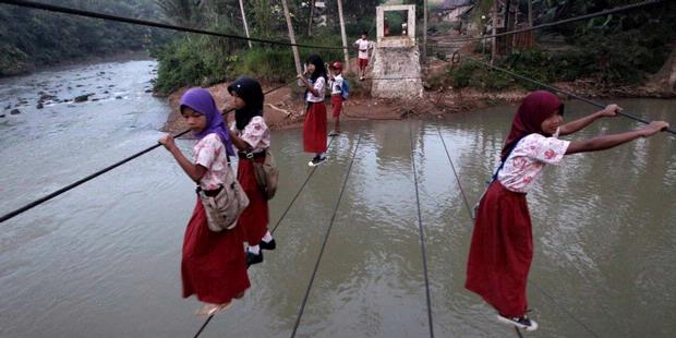 Anak Menyeberang Jembatan