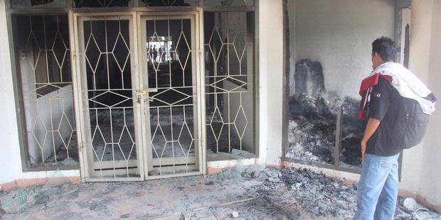 Un des trois bâtiments de l'université Pattimura incendiés en juillet 2011 par des étudiants musulmans protestant contre la discrimination dont ils accusent la direction, majoritairement chrétienne (Kompas/A Ponco Anggoro).