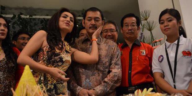 FOTO) MAYANGSARI BAMBANG TRI RESMI MENIKAH 2011 Pernikahan Mayangsari ...