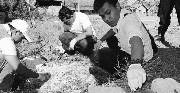 Policiers scientifiques à l'oeuvre dans le pensionnat coranique Umar Bin Khattab, à Bima, où plusieurs bombes furent retrouvées en juillet 2011 (Kompas/Herpin Dewanto Putro)