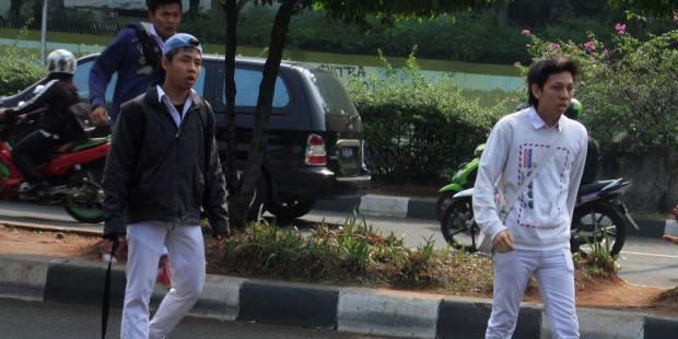 Fotografer Kontan, Fransiskus Simbolon (kanan) mencoba bertahan dari serangan para siswa SMAN 6 di kawasan Bulungan, Jakarta Selatan, Senin (19/9/2011). Kejadian ini bermula saat sejumlah wartawan melakukan aksi protes berkaitan dengan kasus perampasan kamera video salah satu wartawan Trans 7 saat meliput tawuran sekolah tersebut.