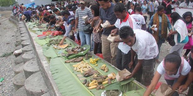 Timide signe de réconciliation entre chrétiens et musulmans à Ambon, trois villages ont réactivé la coutume du pela gandong, un système d'entraide liant villages de différentes confessions aux Moluques (Kompas/Antonius Ponco Anggoro).