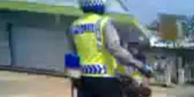 Video Polisi Akrobat di Sepeda Motor