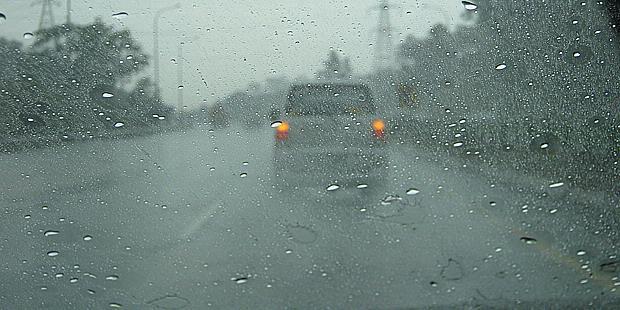 Tips Cara Aman Mengemudi Saat Hujan Deras Turun