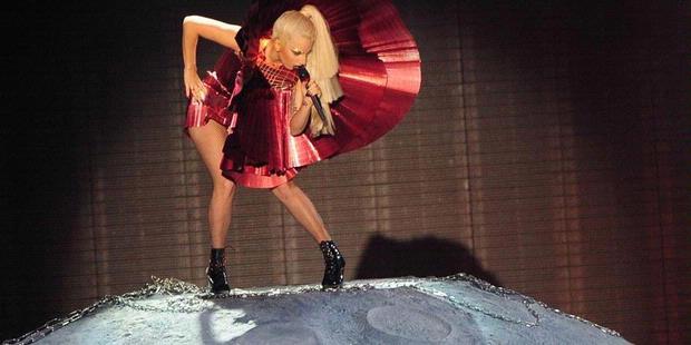 fakta unik: wah ternyata Lady Gaga Hadiahi Pacarnya Kucing Jalanan