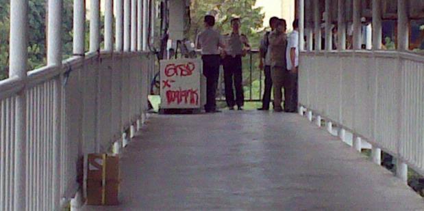Foto Diduga Paket Bom Dijembatan Semanggi