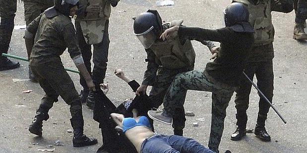 Gambar Penyiksaan tentara Militer Mesir