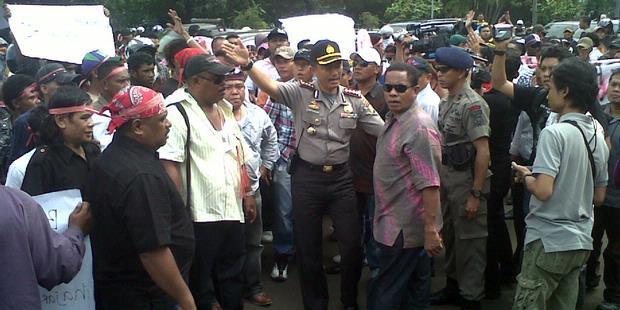 Le 22 février 2012, des centaines de membres du FBR, du Forkabi et de divers autres gangs ethniques, comme les Florinais de Thalib Makarim, ont manifesté devant le siège de la police nationale pour demander la peine de mort à l'encontre de John Kei (Kompas/Maria Nathalia).