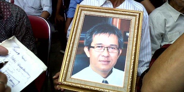 Jas Hitam Dan Kemeja Putih Dalam Peti Korban Sukhoi [ www.BlogApaAja.com ]