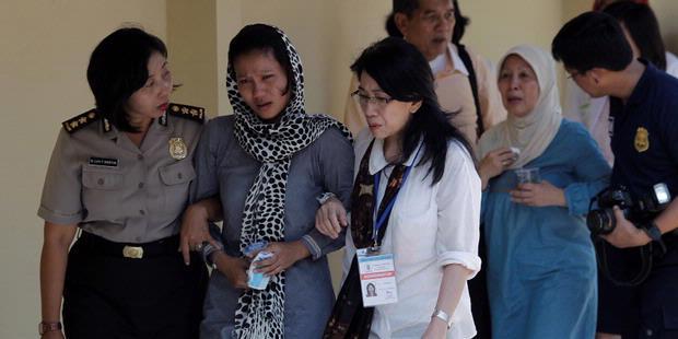 Kumpulan Foto Duka Usai Melihat Jenazah Korban Sukhoi [ www.BlogApaAja.com ]