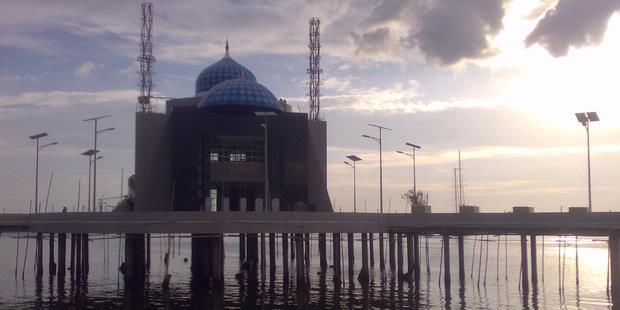 Wow,di Makassar Ada Masjid Terapung Pertama Di Dunia [ www.BlogApaAja.com ]
