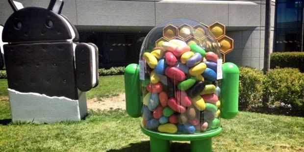 Maskot Jelly Bean berdampingan dengan patung Ice Cream Sandwich di halaman kampus Google, Googleplex.
