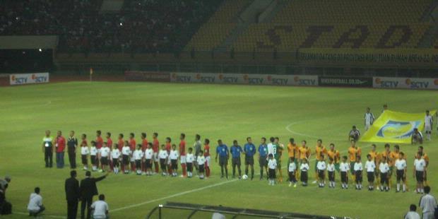 Beberapa pemain timnas Australia ingin menyalami wasit meski lagu Indonesia Raya belum selesai dikumandangkan ketika ingin melakoni laga perdana kualifikasi Grup E Piala Asia U-22 di Stadion Utama Riau, Pekanbaru, Kamis (5/7/2012).