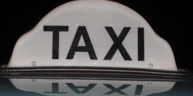 Mengemudi Sambil Tonton Video Mesum, Sopir Taksi Dipecat
