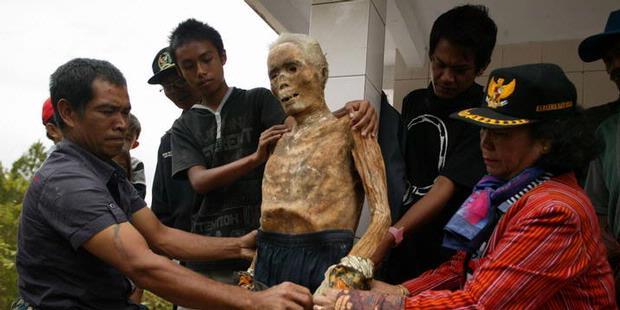 Tradisi Ritual Menganti Baju Mayat [ www.BlogApaAja.com ]