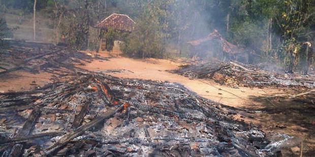 Rumah warga yang dibakar saat kerusuhan di Sampang MAdura