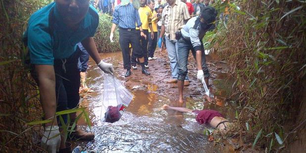 Mayat Wanita Tanpa Baju Ditemukan di Kali - Kompas.com