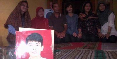 Foto Alawy Yusianto Putra (15) bersama Keluarga korban penyerangan pelajar SMAN 6 oleh siswa SMUN 70 di rumah kediamannya di Ciledug Indah II, Tangerang, Selasa (25/9/2012).kompas.com