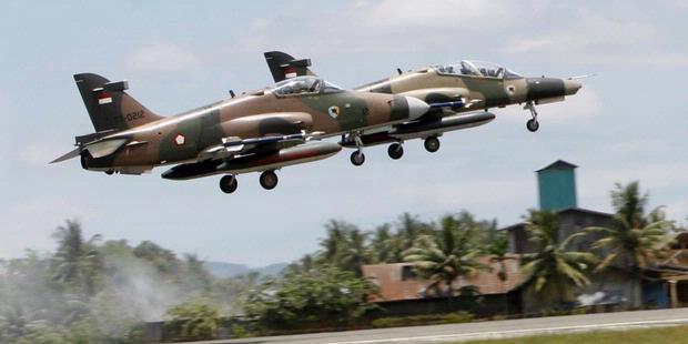 Pesawat Hawk Latihan Menembak dari Udara ke Darat