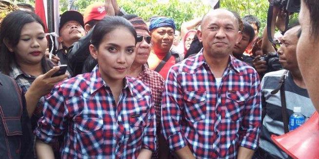 Berbaju Kotak-kotak, Rieke Ngaku Diutus Jokowi