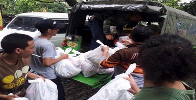 1137568 eld relawan gerakan aksi bandung p Para Relawan Gelar Aksi di Bunderah HI Jakarta