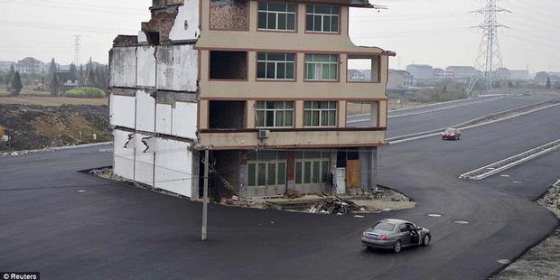 Tak Mau Pindah, Rumah Ini Dikelilingi Jalan