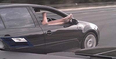 Menyetir, tetapi Dua Kaki di Jendela?