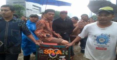 Jokowi Naik Gerobak Susuri Banjir di Bundaran HI