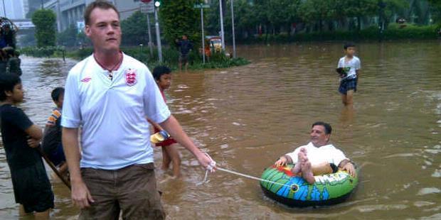 Dua Bule Kegirangan di Tengah Banjir