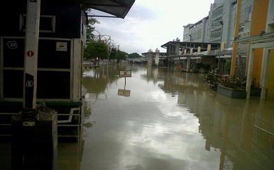 Mega Bekasi Hypermall Masih Terendam Banjir