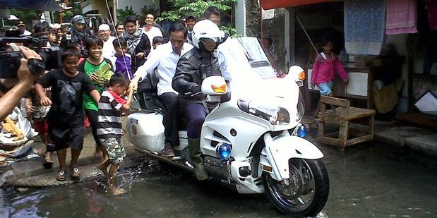Jokowi Naik Moge Tinjau Banjir di Penjaringan