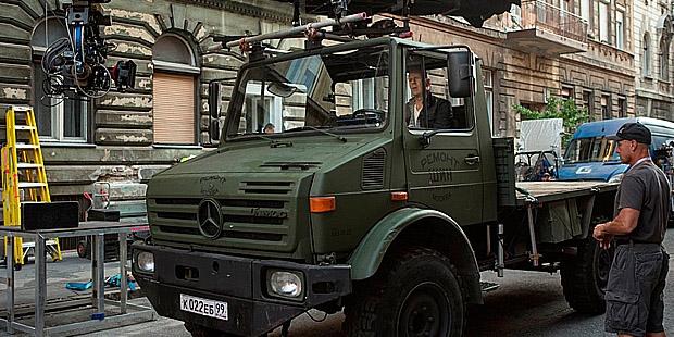 Salah satu adegan menggunakan Mercedes-Benz Unimog