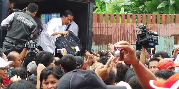Jokowi: Warga Bantaran, Pelan-Pelan Ya...