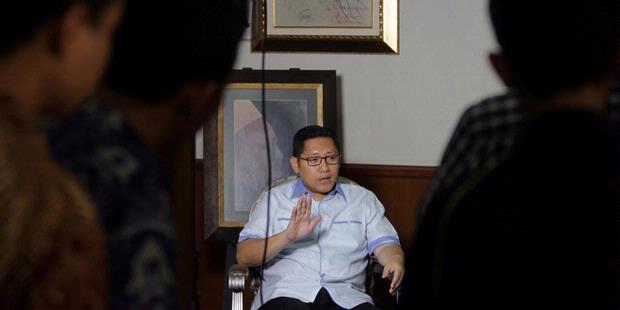 Anas Urbaningrum saat diwawancara oleh media (sumber: kompas.com)