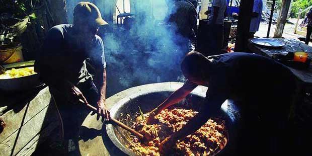 Kaum lelaki memasak kari kambing untuk memperingati Maulid Nabi Muhammad SAW di Meunasah Pupu, Kecamatan Ulim, Kabupaten Pidie Jaya, Aceh, Minggu (10/2/2013). (KOMPAS/AGUS SUSANTO)