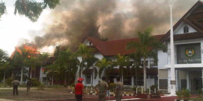 Kantor yang dibakar massa yang menolak hasil perhitungan pemilihan Walikota Palopo, Sulawesi Selatan