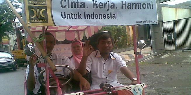 Daftar ke KPU, Rombongan Caleg PKS Gowes Mobil Becak