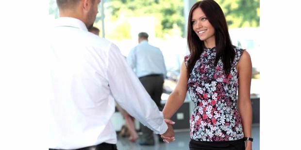 http://assets.kompas.com/data/photo/2013/04/25/2058053-bersalaman-berjabat-tangan-berkenalan-karier-620X310.jpg