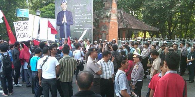Calon TKI Korban Penipuan Ikut Demo Bareng Buruh