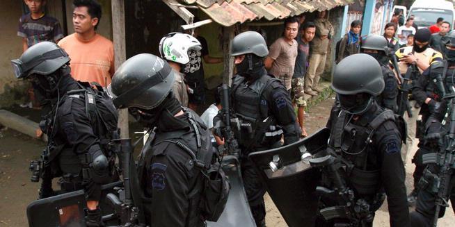 Tim Densus 88 melakukan penggerebekan di sebuah rumah kontrakan di Kampung Batu Rengat, Desa Mekar Rahayu, Kecematan Margaasih, Kabupaten Bandung, Jawa Barat, Rabu (8/5/2013), Tiga orang terduga teroris tewas setelah terjadi adu tembakan selama 3,5 jam