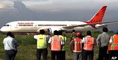 Pesawat Terpaksa Mendarat Setelah Pilot Terkunci