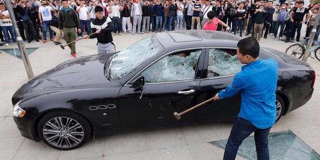 Protes Pelayanan Buruk, Warga China Hancurkan Mobil Mewah