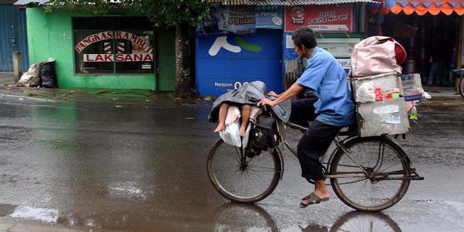 Anak yang Terbaring di Sepeda Itu Selalu Ikut Ayahnya