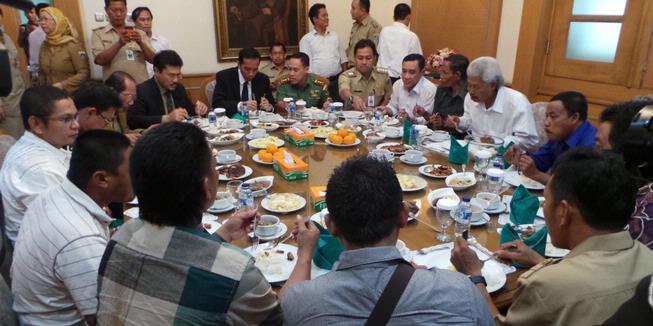 Jokowi Makan Bareng Perwakilan Warga Waduk di Balaikota