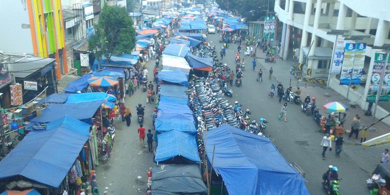memenuhi Jalan Kebon Jati, Tanah Abang, Jakarta Pusat, Jumat (7/6/2013 ...