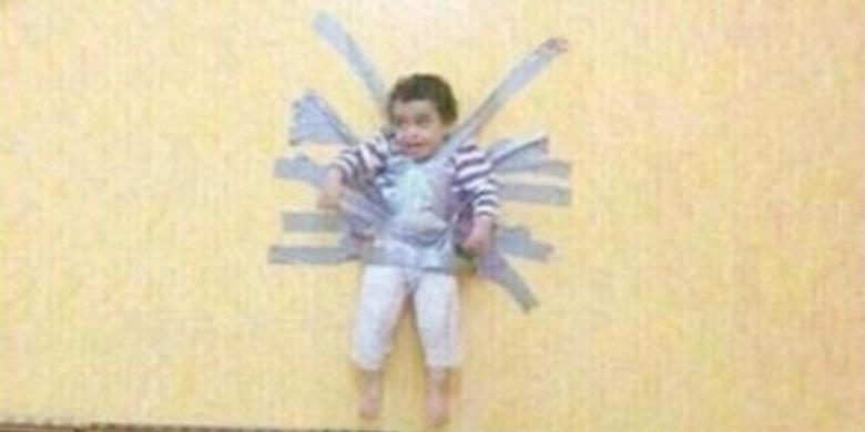 Foto Seorang anak diplester ke tembok hebohkan Arab Saudi